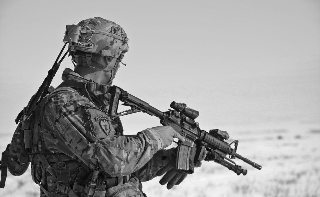 銃を構える男性